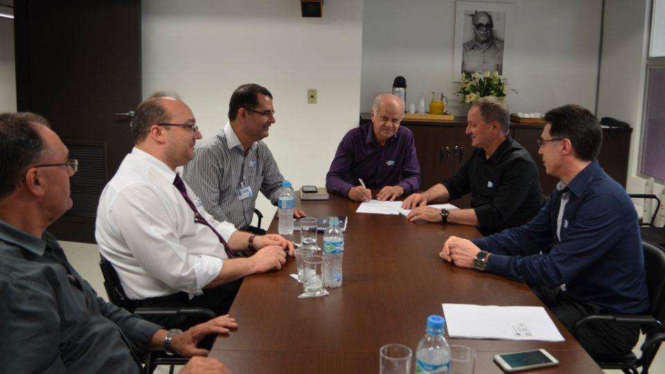 Colatto entrega recursos para HRO e anuncia R$ 1 milhão para 2016