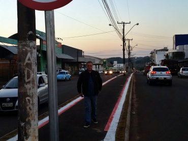 Em Pinhalzinho, Colatto confere melhorias no trânsito