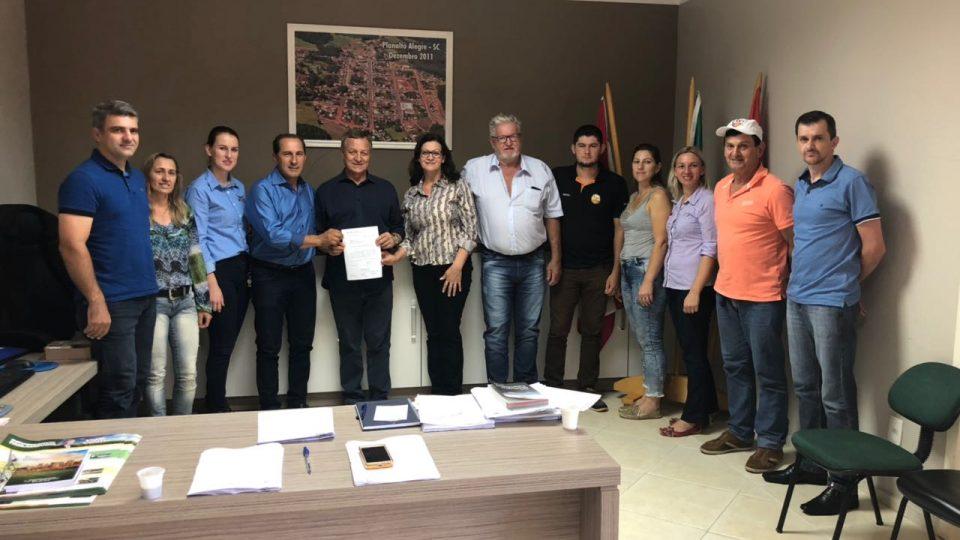 Deputado Colatto entrega R$100 mil para Planalto Alegre